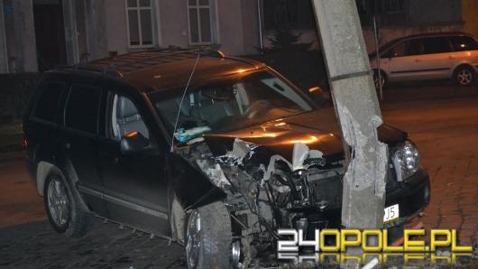 Pijany kierowca wjechał jeep'em w latarnię