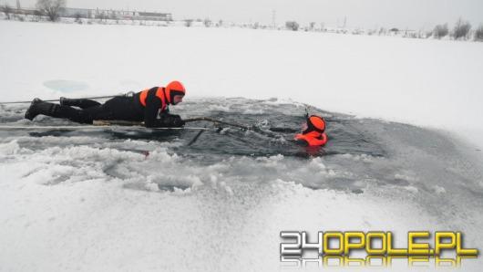 Zobacz jak pomóc człowiekowi, pod którym załamał się lód
