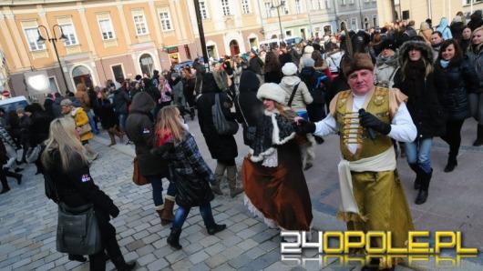 Maturzyści zatańczą poloneza na rynku