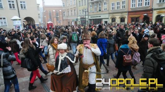 Prawie 400 par maturzystów zatańczyło poloneza na opolskim rynku