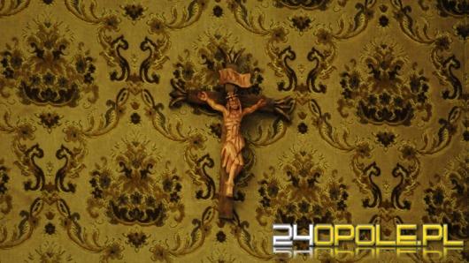W opolskim ratuszu pojawił się krzyż. Nie wiadomo, kto go powiesił.