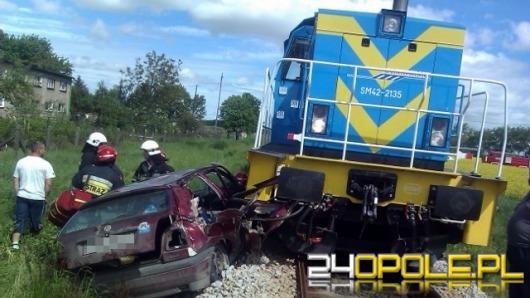 Kierowca wjechał wprost pod lokomotywę, wyszedł z tego cało