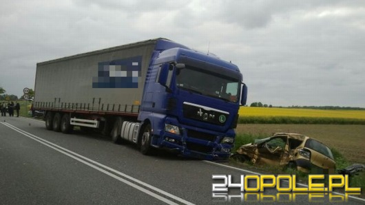 Śmiertelny wypadek pod Kluczborkiem. Samochód osobowy wjechał pod ciężarówkę.