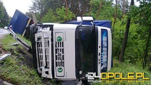 Ciężarówka w rowie, kierowcy nic się nie stało