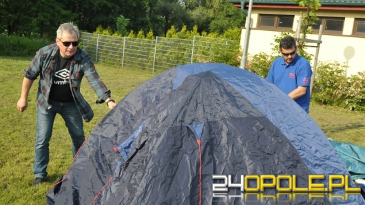 PiS nie wierzy premierowi i buduje miasteczko namiotowe w Czarnowąsach