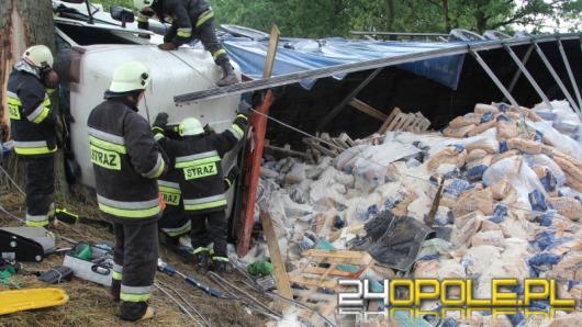 56-latek zakleszczony po wypadku ciężarówki