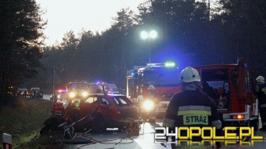 Kolejna tragedia na drodze. Dwie osoby nie żyją, 6 osób trafiło do szpitala.
