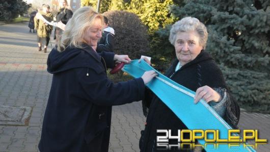 Seniorzy robią na drutach szaliki na opolski finał WOŚP