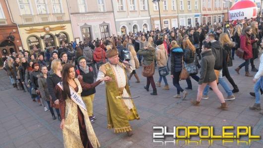 Ponad 300 par zatańczyło poloneza na rynku