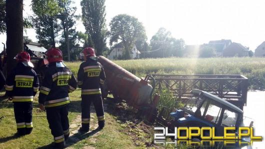 Mężczyzna zasłabł i wjechał traktorem do stawu