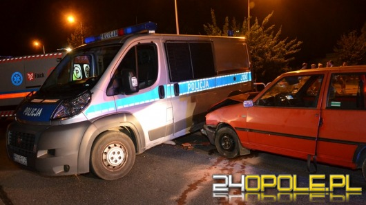 Policyjny pościg w Brzegu. Uciekinier uderzył w radiowóz.