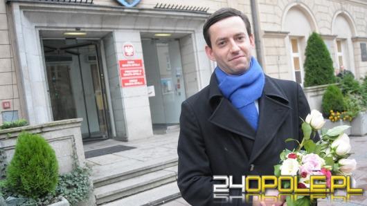 Marcin Ociepa z kwiatami dziękuje w ratuszu za współpracę
