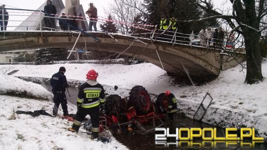 Groźny wypadek pod Prudnikiem. Traktor wpadł do potoku.