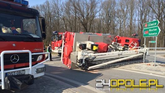 Wóz strażacki z podnośnikiem przewrócił się jadąc do pożaru