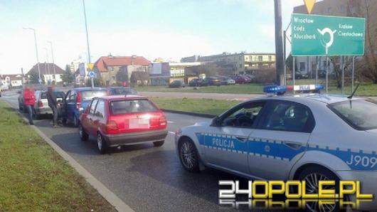 Kierowca volkswagena spowodował kolizję 3 aut i uciekł
