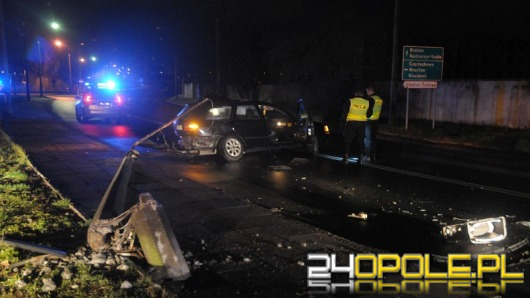 Kierowca volvo przewrócił latarnię, po czym uciekł pieszo