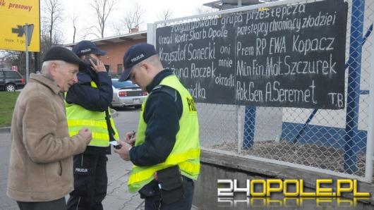 Opolanin protestuje wywieszając kontrowersyjną tablicę