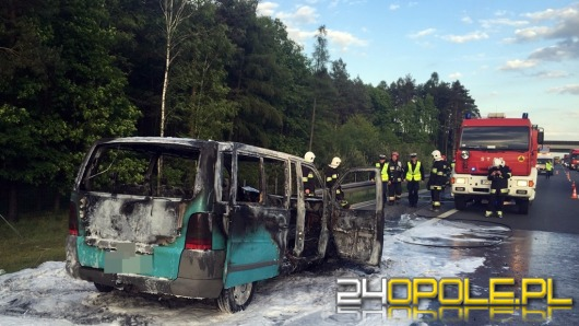 Bus spłonął po zderzeniu z lawetą na autostradzie A4