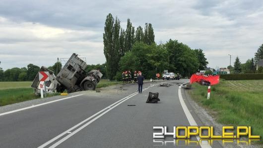 Czołowe zderzenie w Folwarku. Zginął 33-letni kierowca opla.
