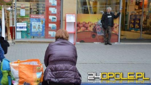 Ulica Krakowska opanowana przez żebraków