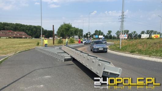 Metalowe elementy konstrukcyjne spadły z naczepy ciężarówki