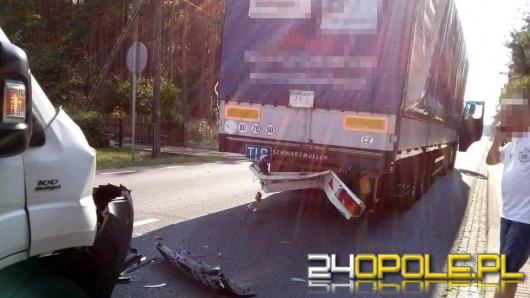 Dostawczy bus zderzył się z ciężarówką