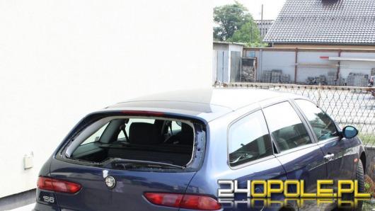Pijani mieszkańcy Strzelec Opolskich zdemolowali 5 samochodów