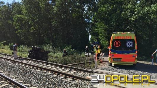 Samochód wjechał pod pociąg na niestrzeżonym przejeździe kolejowym