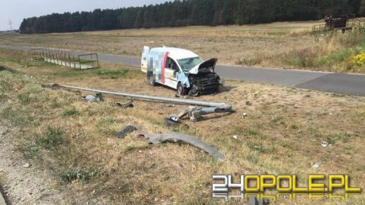 Kierowca ściął latarnię przy obwodnicy i dachował