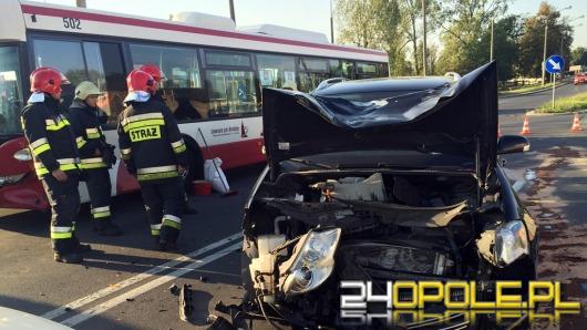 Trzy osoby ranne po zderzeniu volkswagena z autobusem MZK