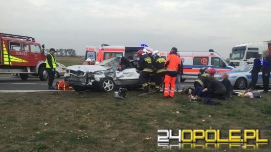 Audi zderzyło się z autokarem. 5 osób trafiło do szpitala.