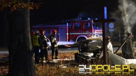 Audi A6 spłonęło po uderzeniu w drzewo