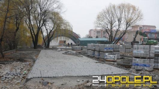 Plac przed kościołem na Chabrach zmienia się dzięki budżetowi obywatelskiemu