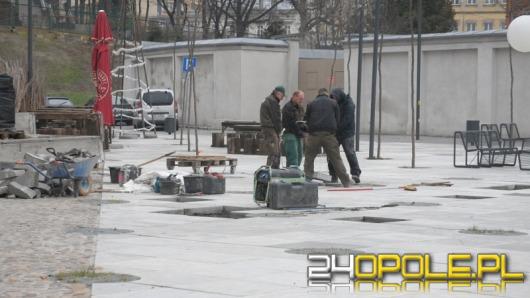 Na Małym Rynku trwa wymiana betonowych płyt