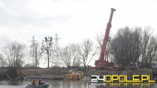 Strażacy ratują tonącą barkę na Odrze