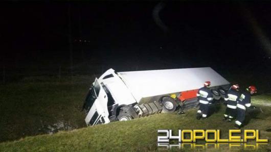 Ciężarówka w rowie na A4. Kierowca chciał uniknąć zderzenia.