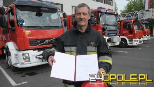 Strażak wyniósł mężczyznę z płonącego mieszkania