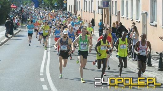 Ponad 1300 osób biegnie w 6. Maratonie Opolskim