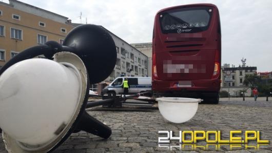 Autokar przewrócił latarnię na Placu Wolności