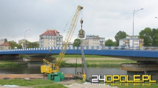 Trwają prace przy budowie kładki obok mostu na ul. Niemodlińskiej