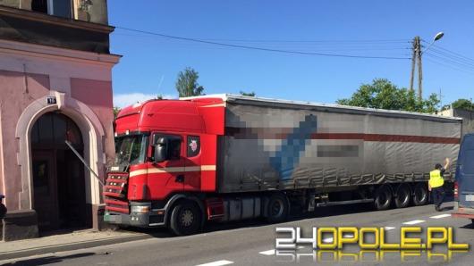 Ciężarówka wbiła się w budynek w Oleśnie