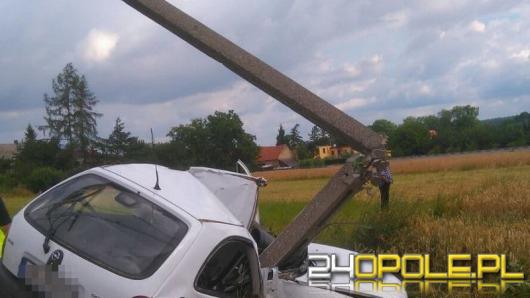 Opel corsa roztrzaskał się o słup energetyczny
