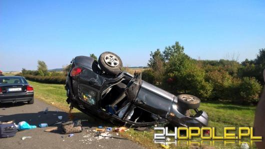 Hyundai dachował na autostradzie. Cztery osoby ranne.