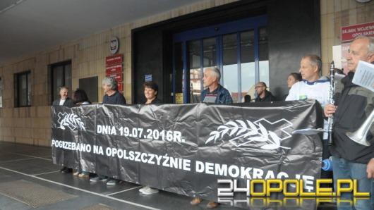 """Duże Opole. Kolejna """"miesięcznica pogrzebania na Opolszczyźnie demokracji""""."""