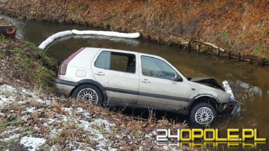 Volkswagen golf wjechał do rzeki w Kluczborku