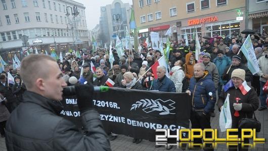 """Kolejna """"miesięcznica pogrzebania demokracji"""" i zamieszanie pod katedrą"""