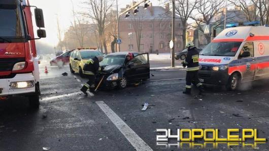 Wypadek na skrzyżowaniu ul. Ozimskiej i Plebiscytowej. Ranna kobieta w szpitalu.