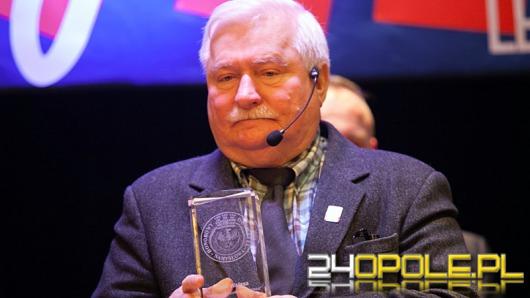 Lech Wałęsa honorowym obywatelem Namysłowa. Przed budynkiem protesty.