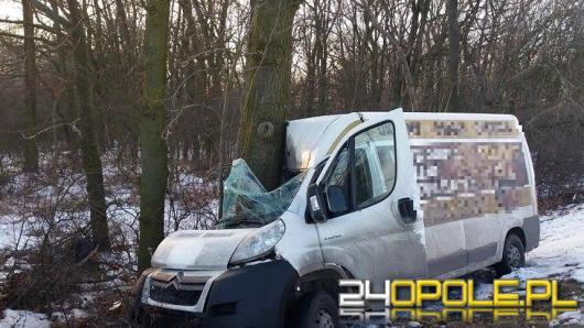 32-latek zasnął za kierownicą i uderzył w drzewo