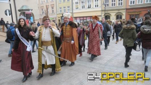 Blisko 1000 maturzystów zatańczyło poloneza na opolskim rynku